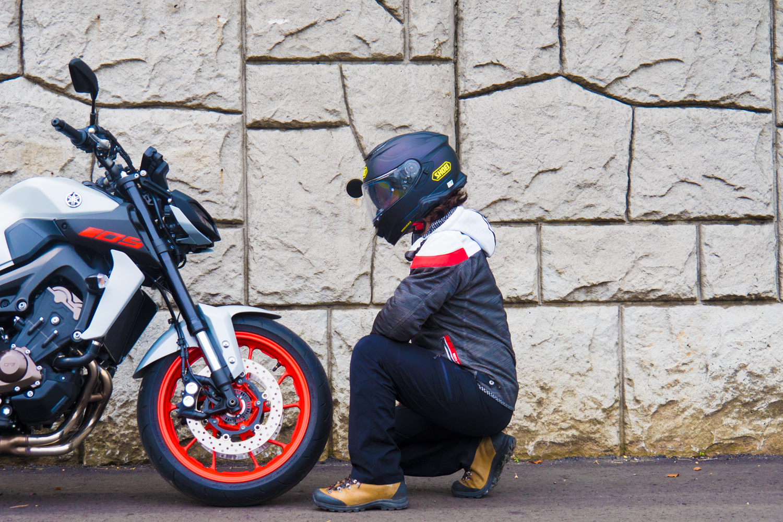 ヘルメットにインカムをつけている感じはしない